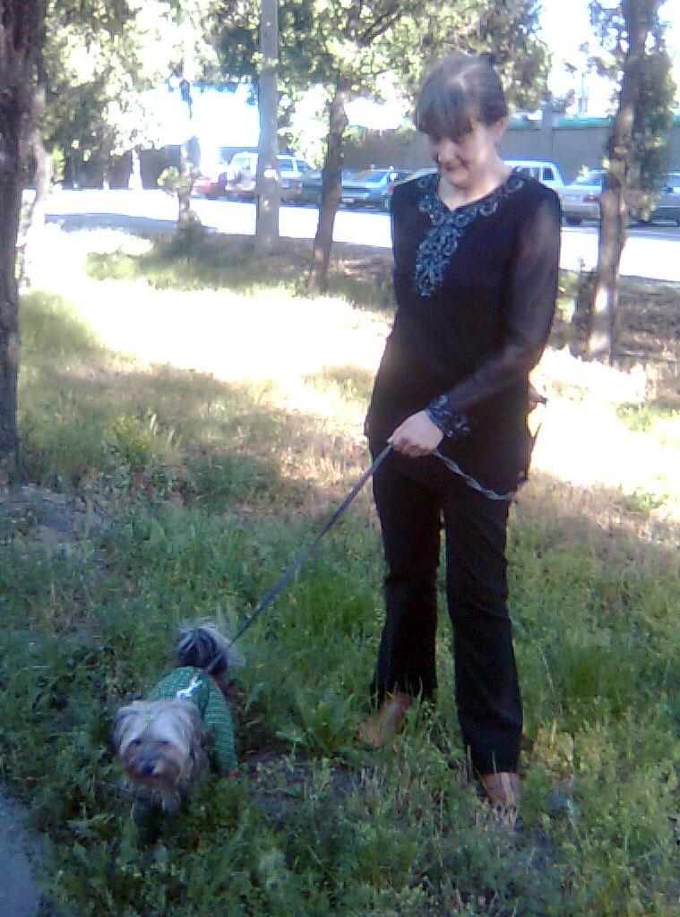 Мы с Зосей на прогулке - травка зеленеет, солнышко блестит...